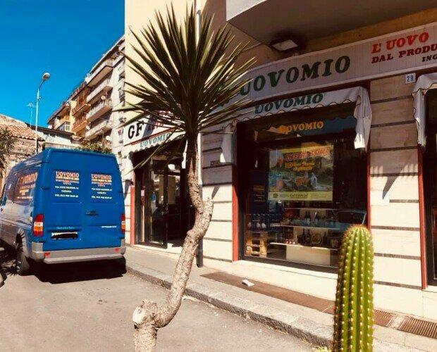 NEGOZIO UOVOMIO SRLS. Prospetto del nostro negozio di distribuzione ingrosso lato Via XXXI Maggio - Catania