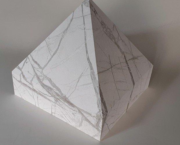 urna piramide. urna cineraria in mdf ricoperta finto marmo bianco, apertura da sotto