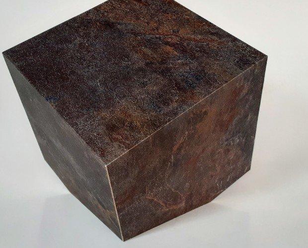 urna ferro. urna cineraria in mdf ricoperta di pellicola finto ferro, ha l'aspetto di un cubo tagliato e appoggiato, apertura da sotto.