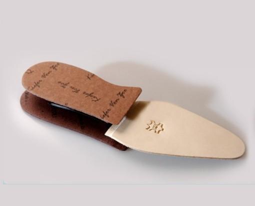 Materiali per calzature.Prodotta in Italia in vero cuoio.