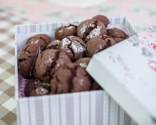 Dolci di Cortesia. Biscotti di Cortesia. Biscotti con farina di riso e cioccolato fondente, croccanti fuori e morbidi dentro.