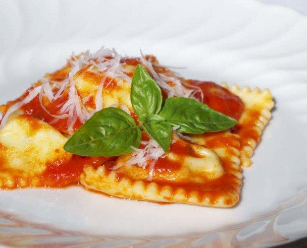 Ravioli. Ravioli ripieni di ricotta o formaggio freschi oppure congelati in conf da 1 o 3 Kg Pasta filled with Cheese