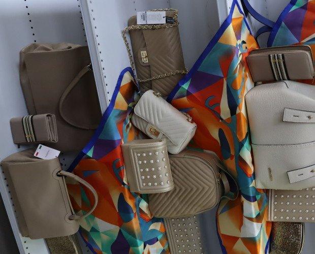 Cinture.Angolo Espositivo Donna - Borse, portafogli, cinture, foulard, pochette e trolley
