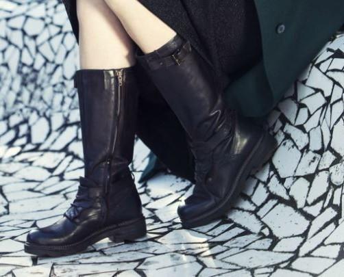 Collezione invernale. Stivali neri effetto vintage.