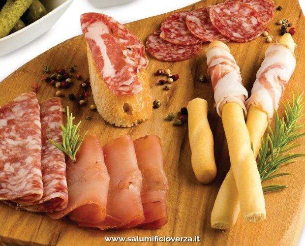 DEPLIANT COMMERCIALE VERZA01. tagliere di prodotti: Verzino Classico, Ossocollo, Sopressa, Verzaola e Pancetta