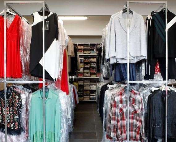 Stock abbigliamento.. Vesto Italiano offre abbigliamento all'ingrosso per rivenditori e grossisti.