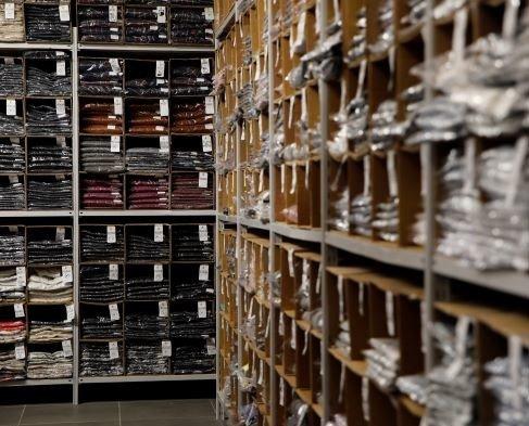 Vendita stock online. Vesto Italiano vende abbigliamento a stock scontato fino al 90% su prezzo retail.