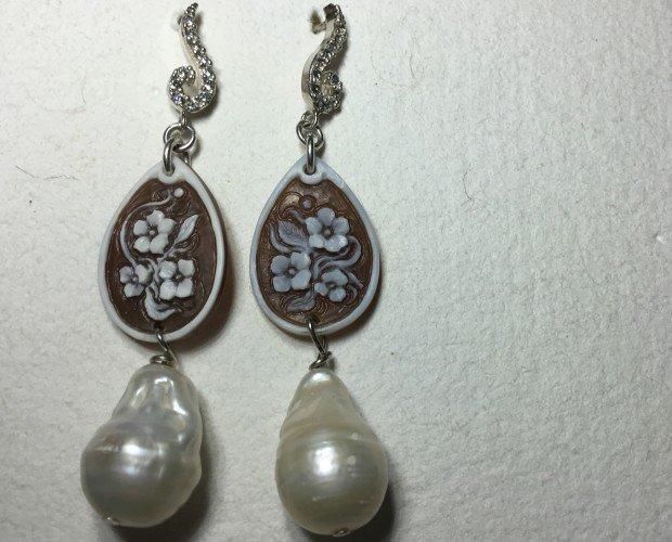Gioielleria. Gioielli. Gioielli in argento con perle vere e cammei in conchia di torre del greco.