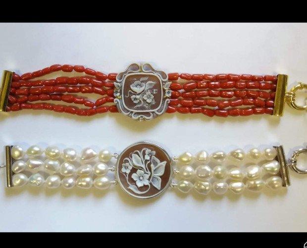 IMG_0982. Bracciali con perle vere o corallo con cammei di torre del greco.