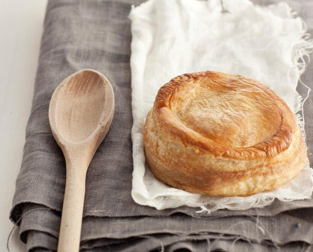 Rustici prelievitati surgelati.Pasta sfoglia farcita con besciamella, pomodoro e mozzarella.