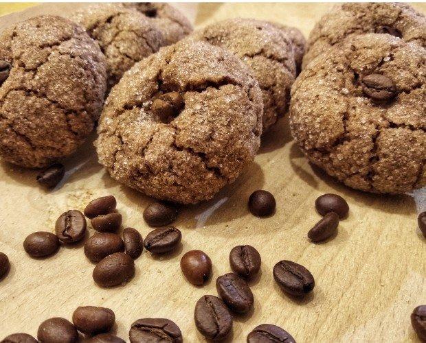 AMARETI AL CAFFè. Inconfondibile aroma al caffè,si presentano croccanti fuori e morbido interno.