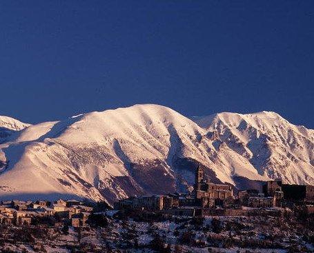 DOVE SIAMO. Tocco Casauria borgo d' Abruzzo immerso tra il Parco della Majella e del Gran Sasso.