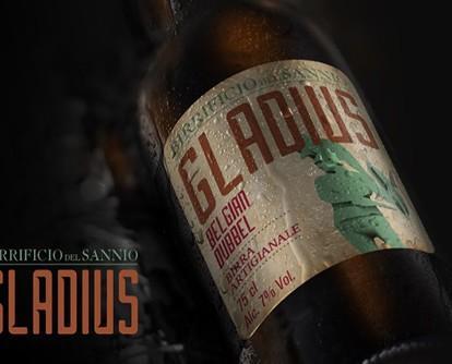 Birra con alcol. Bottiglie di Birra con alcol. Birra artigianale, chiara in stile Pale Ale