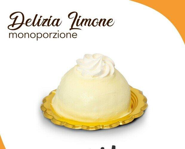 Delizia al limone. Cupola di pan di Spagna bagnato al limone con cuore di panna e ricoperto di crema al