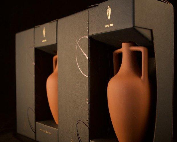Anfora in ceramica. Anfora artigianale di argilla, con vino oppure olio