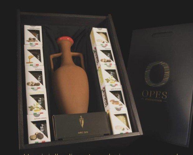 Box Opes Food&Design. Scatola artigianale con un anfora e 10 prodotti a base di tartufo