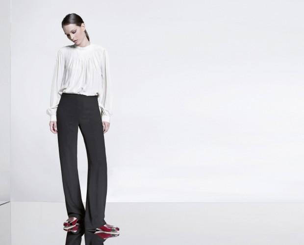 Abbigliamento donna. Pantaloni scuri, taglio lineare.