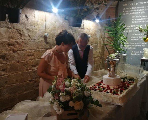 Torta Matrimonio. Torta di pasticceria con frutta e chantilly per matrimonio