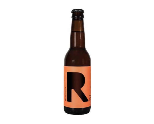 Birra con alcol. Bottiglie di Birra con alcol. Birra artigianale rossa.
