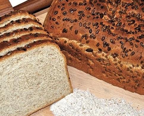 Pane affettato integrale. Soffice pane con semi di girasole