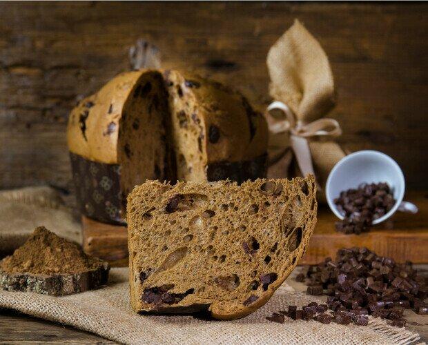 Panettone artigianale. Panettone artigianale con lievito madre, farina di orzo tostato e gocce di cioccolato