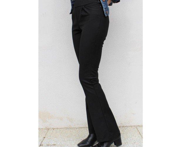 Pantaloni in cotone elasticizzato. Pantaloni a zampa, vita alta, zip laterale e due bottoni. Cotone elasticizzato