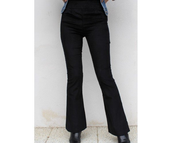 Pantaloni in velluto elasticizzato. Pantaloni a zampa, vita alta, zip laterale e due bottoni. Velluto millerighe sottili.