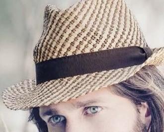 Cappello Estivo da Uomo. Stile Panama con struttura in paglia.