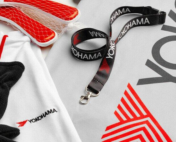 Merchandise Yokohama. Teli mare, lanyard portabadge, guanti, t-shirt, scaldacollo, polo, racchettoni.