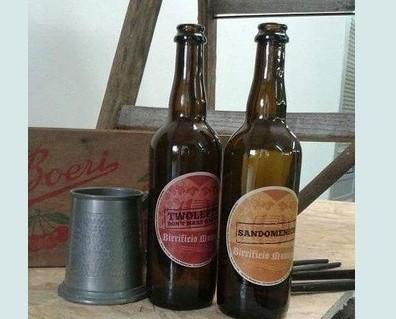 Bottiglie di Birra con alcol.Produzione di birra