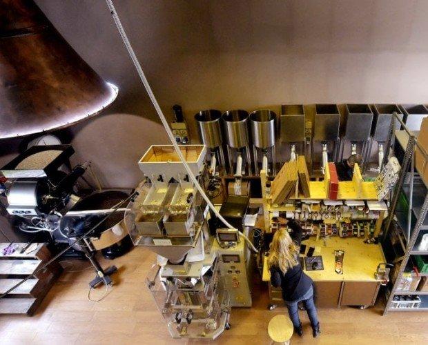 IL LABORATORIO. La stanza principale del nostro laboratorio, a sinistra la tostatrice Vittoria