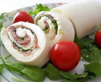 Roll ripieno. Formaggio morbido ripieno di carne e verdure