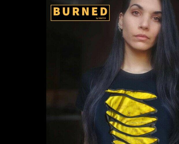 Grunge. Tshirt doppio strato cucita a mano. Dipinta con il fuoco.