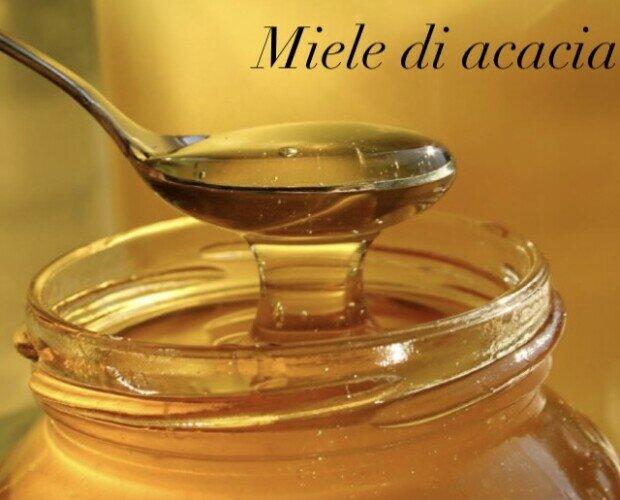 Miele di acacia Biiologico. É caratterizzato da un colore giallo dorato molto chiaro e un sapore inconfondibile.
