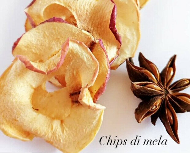 Chips di mela. Rondelle di mela detorsolata ed essiccata: un ottimo snack 100% naturale.