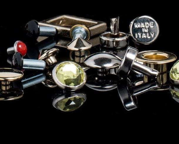 Bottoni . Produzione di accessori per vestiti Made in Italy