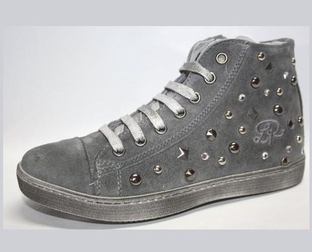 Scarpe sportive. Modello femminile di sneakers.