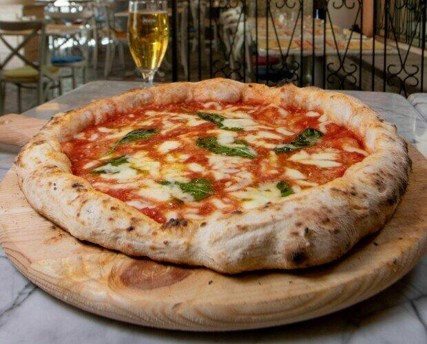 Pizza Margherita. Pomodoro San Marzano Fior di Latte Campano Grana Padano DOP Olio EVO Basilico