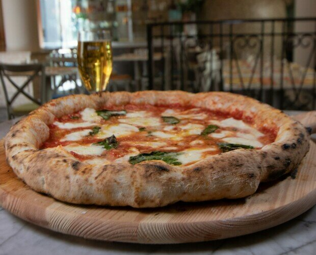 Pizza Bufalina. Pomodoro San Marzano Mozzarella di Bufala Aversana DOP Grana Padano DOP Olio EVO