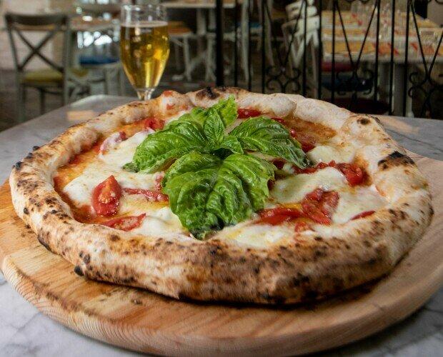 Pizza Datterina. Base di Pomodoro San Marzano Pomodorini Datterino Mozzarella di Bufala Aversana DOP