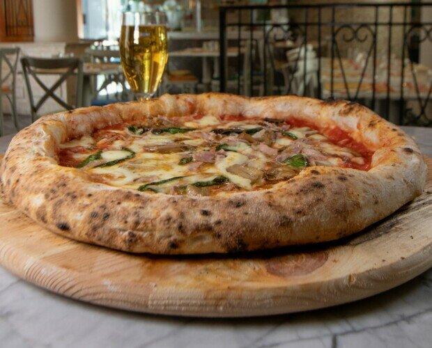 Pizza Prosciutto e funghi. Pomodoro San Marzano Fior di Latte Campano Fughi champignon Prosciutto cotto