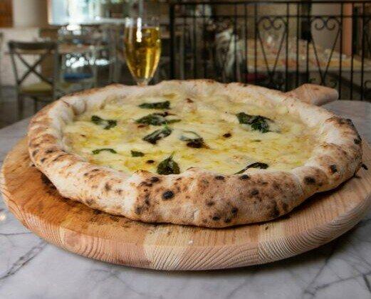 Pizza Bianca. Fior di Latte Campano Grana Padano DOP Olio EVO Basilico