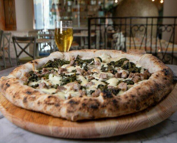 Pizza Salsiccia e Friarielli. Provola affumicata Campana Salsiccia di suino Friarielli Grana Padano DOP