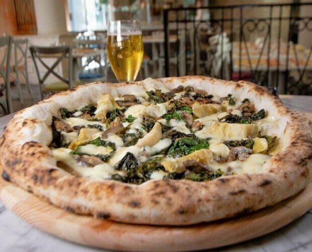 Pizza Ortolona. Fior di Latte Campano Friarielli Olive nere denocciolate Carciofini Funghi
